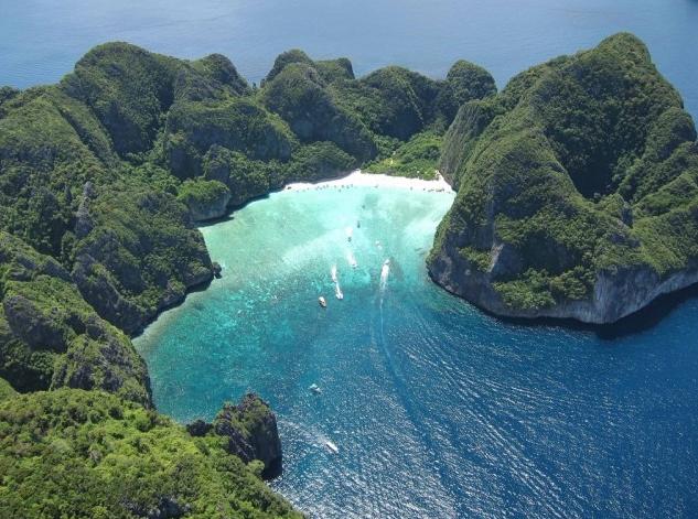 cineTrip: dalla solitudine di Leonardo Di Caprio a meta turistica, la spiaggia di Maya Bay