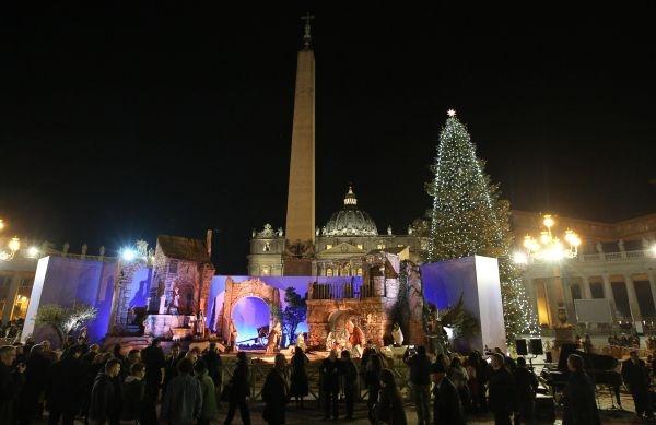 Inaugurati l'albero e il presepe di Piazza San Pietro