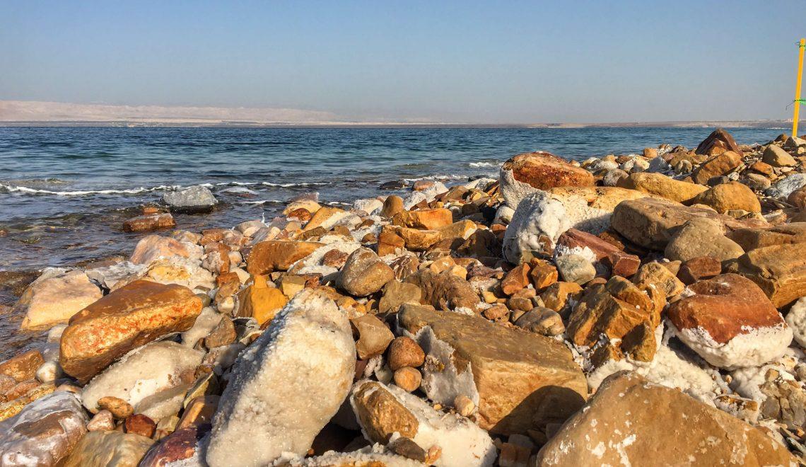 Fare il bagno nelle acque del Mar Morto in Giordania
