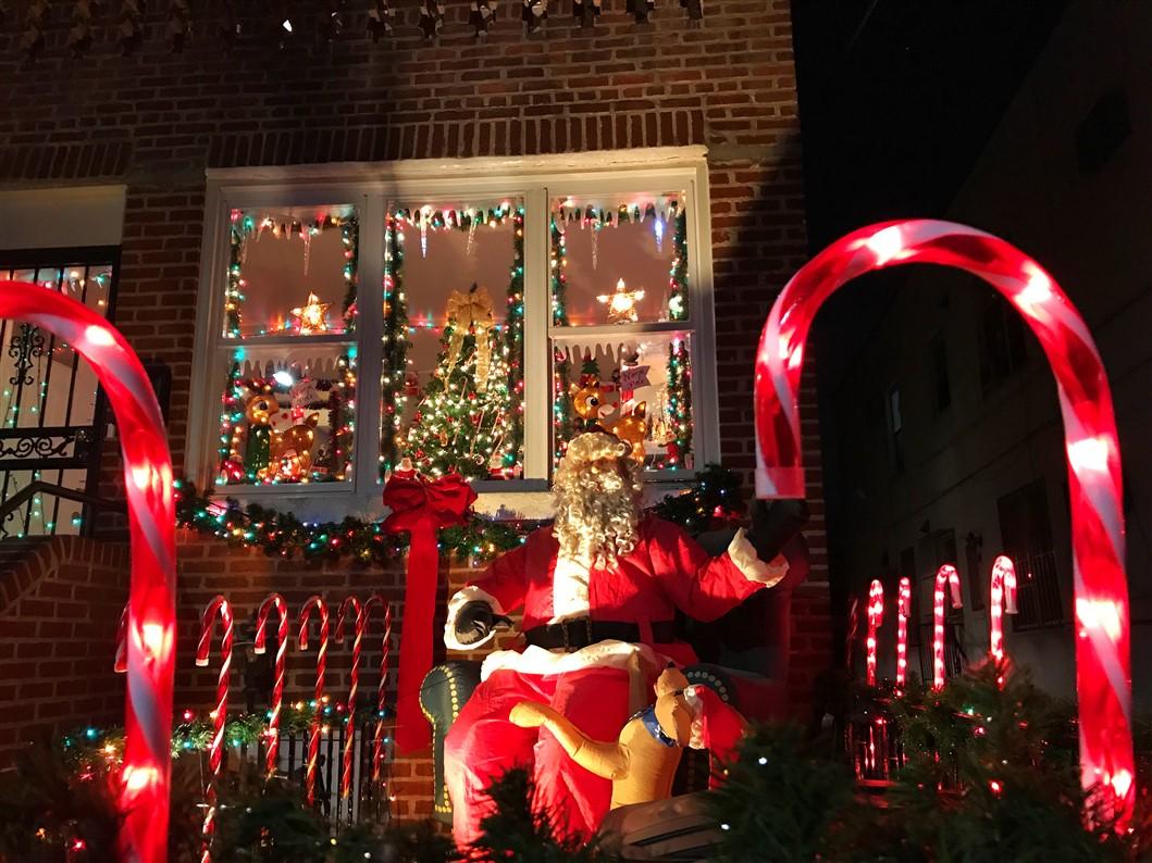 Addobbi Natalizi A New York.Le Luci Di Dyker Heights Come Arrivare E Tutte Le Curiosita Su Un Must Del Natale A New York World Trips