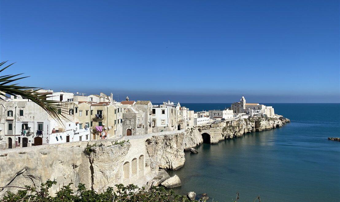 Visitare Vieste: antico borgo a picco sul mare in Puglia